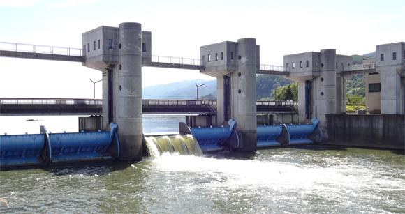 諏訪湖の釜口水門