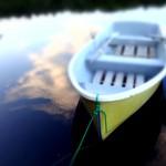 白駒池のボートと水面に映る雲