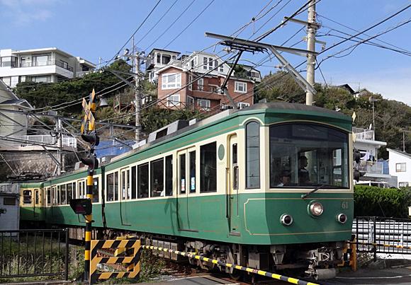 七里ヶ浜駅から出発する江ノ電
