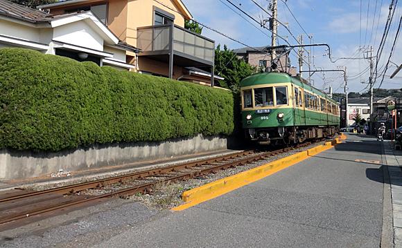 稲村ケ崎駅近くにて江ノ電を撮影