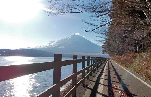 山中湖のサイクリングロードから見る富士山