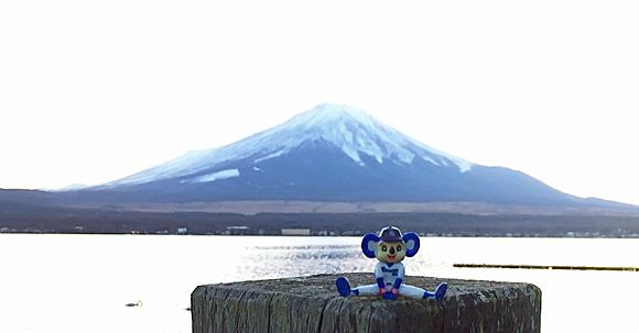 富士山と山中湖とドアラ
