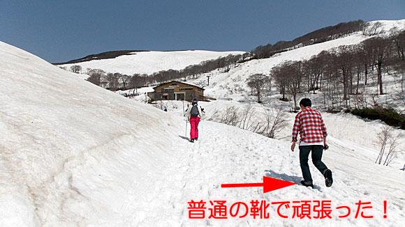月山スキー場のリフト乗り場に向かう