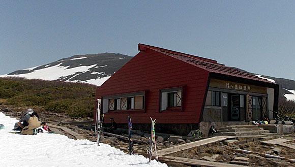 姥ヶ岳休憩所と月山山頂