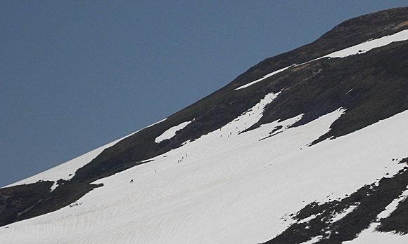 月山山頂へ向かう人々
