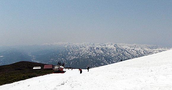 山形県・月山スキー場から見る朝日連峰
