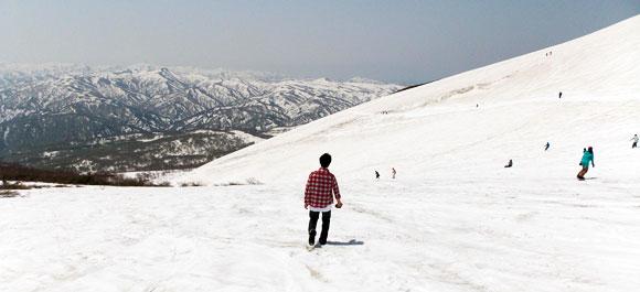 月山スキー場のゲレンデは歩いて下りました。