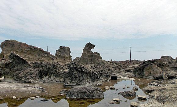 秋田県男鹿市・男鹿半島のゴジラ岩