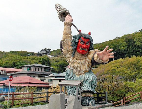 秋田県・男鹿半島の門前駐車場に設置されているなまはげ立像