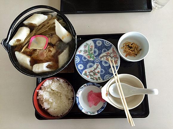 お昼にきりたんぽ鍋を食べました