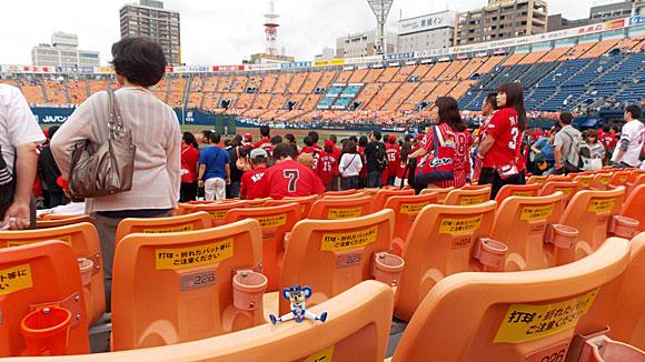 横浜スタジアム・内野指定席FA・6ゲート3塁側19通路J段227番