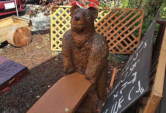 「森の中のごはん処 ロッヂ・八ヶ嶺」前にあった木彫りのクマのベンチ