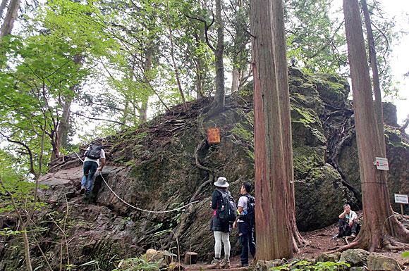 大岳山登山・ロックガーデンの天狗岩