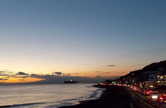 夕暮れ時の稲村ケ崎から見た江の島と富士山