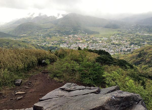 金時山登山「大岩とドアラ」