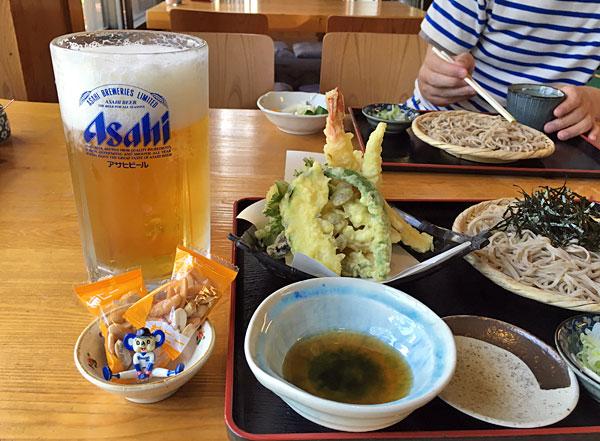 田舎そば・米村の天ぷら盛り合わせと特大ビールとドアラ
