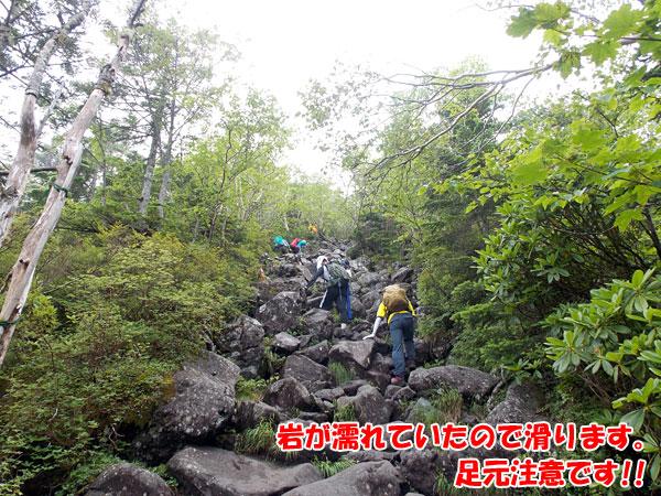蓼科山山頂へは傾斜のキツイ登り坂