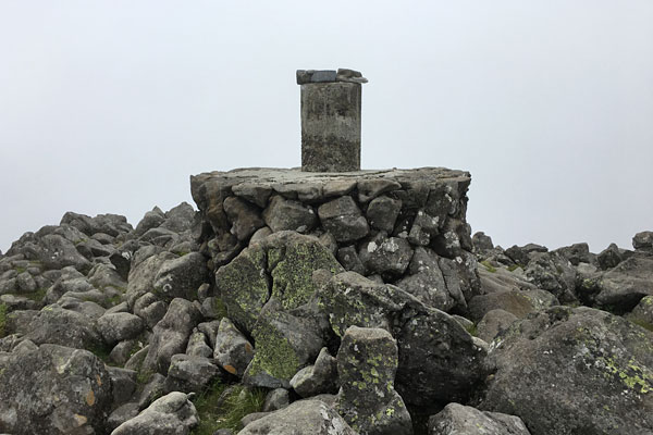 蓼科山山頂の方位盤