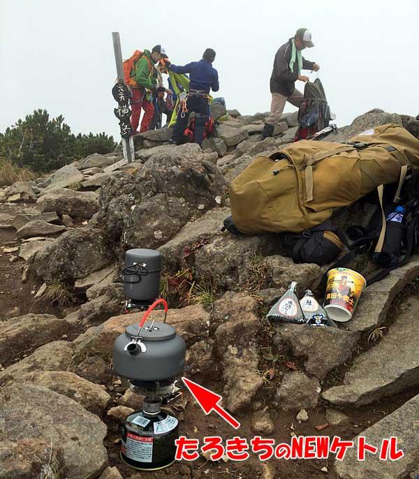 横岳山頂でお昼休憩