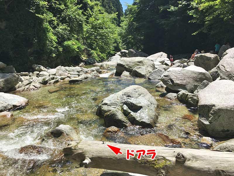 超水が綺麗な尾白川渓谷の尾白川とドアラ