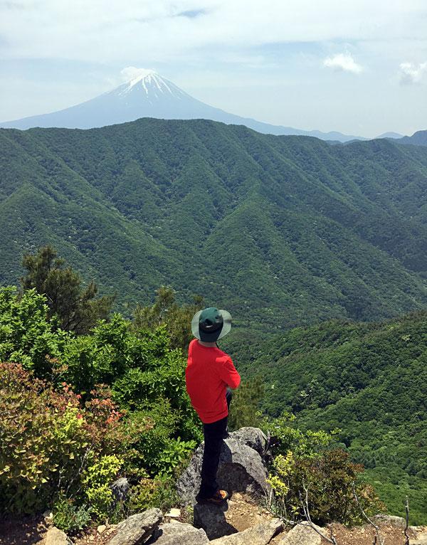 釈迦ヶ岳山頂から富士山を臨む