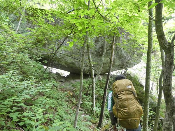 南アルプス・鳳凰三山:岩の下をくぐるのかと思ったがコースは右側だった