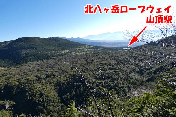 北横岳山頂に向かう途中からの坪庭と北八ヶ岳ロープウェイの山頂駅