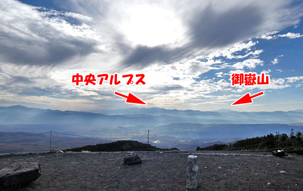 北横岳山頂から中央アルプスと御嶽山を望む