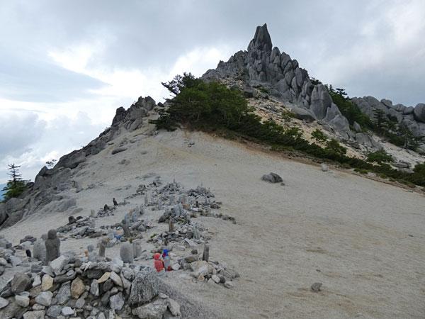地蔵岳の子授け地蔵とオベリスク