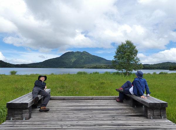 尾瀬沼と燧ケ岳を背景に記念撮影