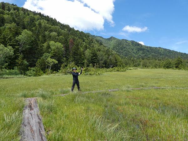燧ヶ岳を背景に記念撮影