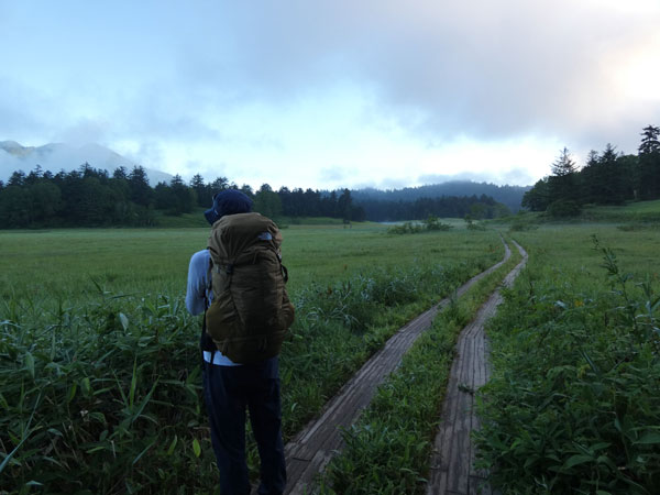 燧ケ岳登山・早朝の大江湿原を進む