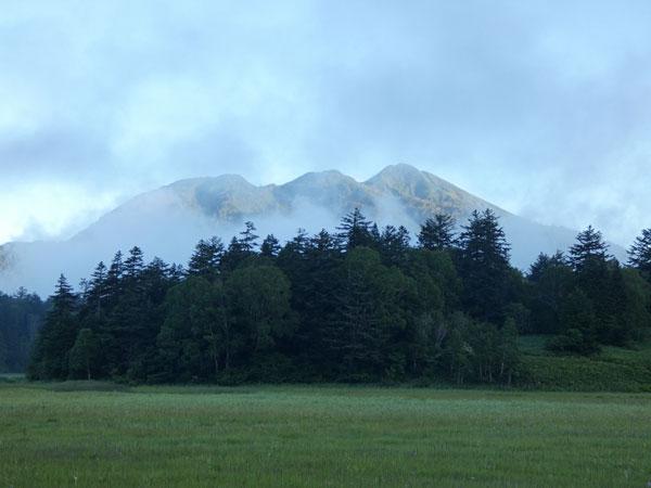 燧ケ岳登山・早朝の燧ケ岳を望む