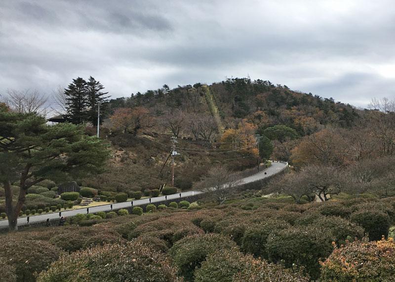 小室山公園駐車場から小室山へ向かう