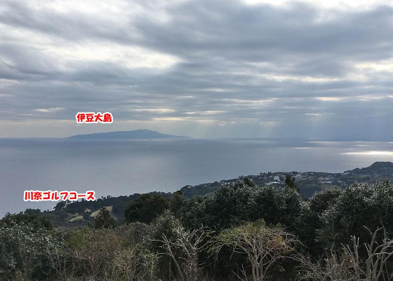 小室山山頂から伊豆大島を望む