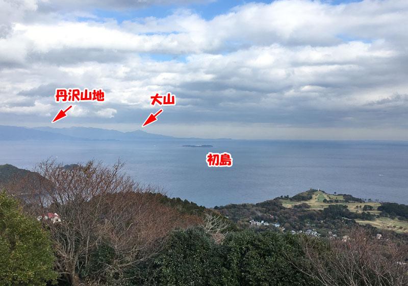 小室山山頂から初島や大山などを望む