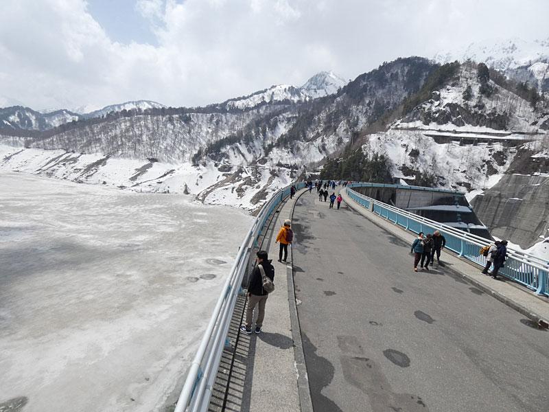 凍った黒部湖と黒部ダム