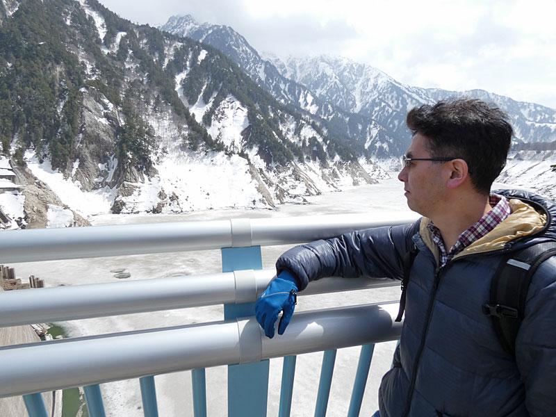 黒部湖を背景に記念撮影