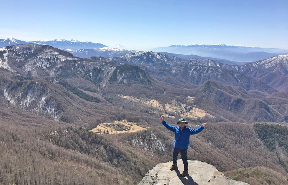 美ヶ原・王ヶ鼻にて八ヶ岳と富士山、南アルプスをバックに記念撮影