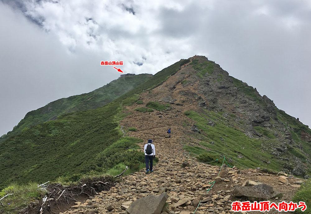 赤岳山頂へ向かう