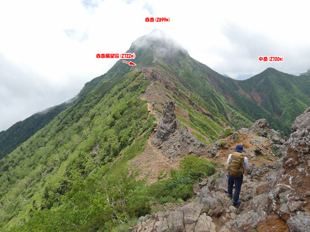 赤岳の手前に赤岳展望荘が見えてきた!