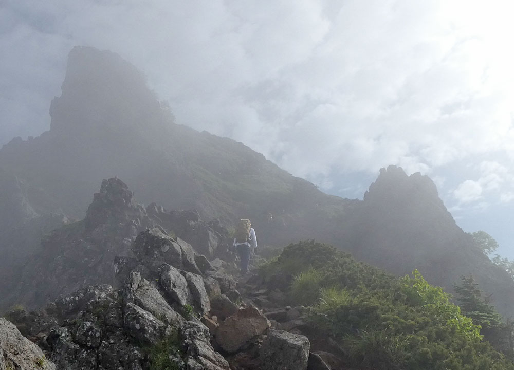 八ヶ岳の三叉峰に向かう