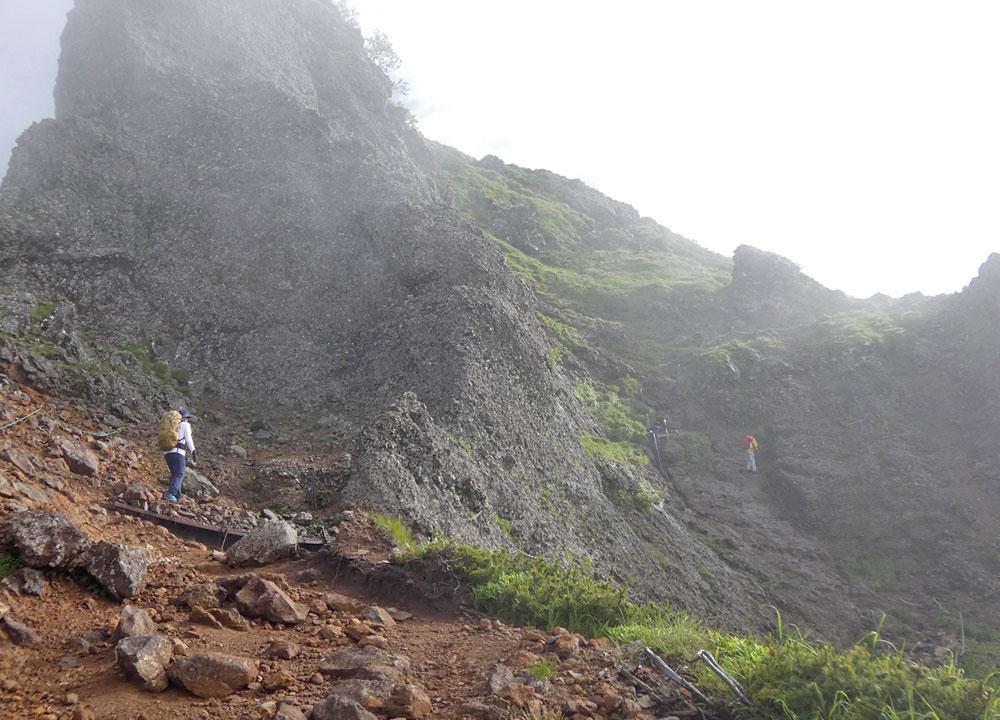 八ヶ岳・三叉峰と地蔵ノ頭の間にある鎖場