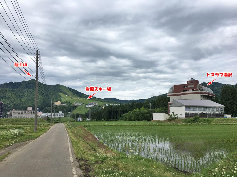 トスラブ湯沢近くから岩原スキー場を望む